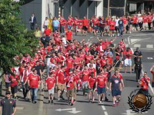 Achterna gezeten door de Schotse supporters.
